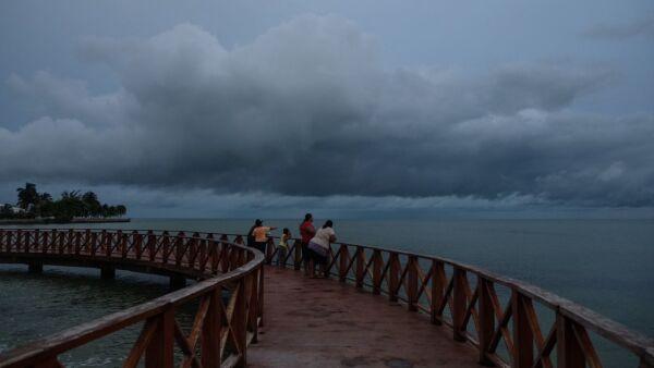 """CHETUMAL, QUINTANA ROO, 07AGOSTO2017.- A horas se encuentra de tocar tierra la tormenta tropical """"Franklin"""", en las playas de Chetumal ya se aprecia la amenaza meteorológica. FOTO: ELIZABETH RUIZ /CUARTOSCURO. COM"""