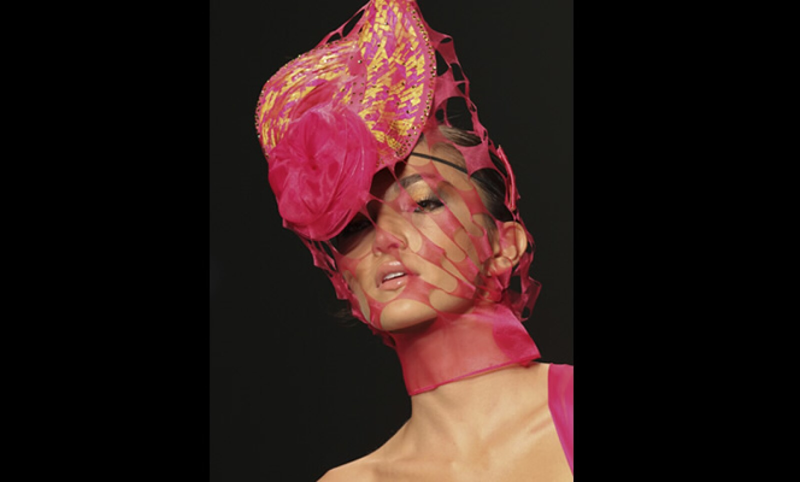 El diseñador colombiano Zajar confeccionó diseños que combinaban el vestido con el sombrero.