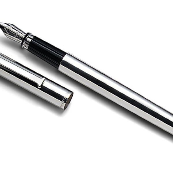 Esta pluma fuente, bañada en plata, se fabrica bajo pedido del cliente de la prestigiosa marca.