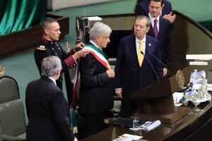 Geovanni Lizarraga ayudó al ahora presidente a acomodarse la banda presidencial.