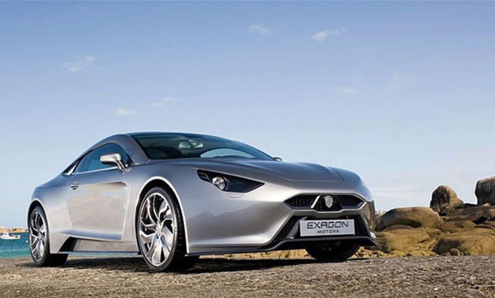 Utiliza dos motores eléctricos y uno más de gasolina. Logra una aceleración de 0 a 100 Km/h en sólo 3.5 segundos y una velocidad máxima de 300 Km/h.