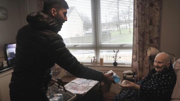 Esta pareja entrega paquetes sanitizantes a ancianos aislados en plena pandemia.