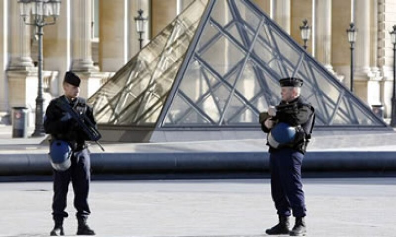 En un suburbio de París, la policía encontró un auto con tres rifles Kalashnikov.  (Foto: EFE)