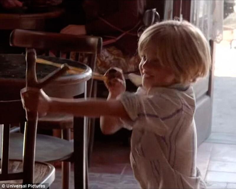 Una traviesa Shiloh le da a su papá con una resortera, en el set de grabación de la película By the Sea.