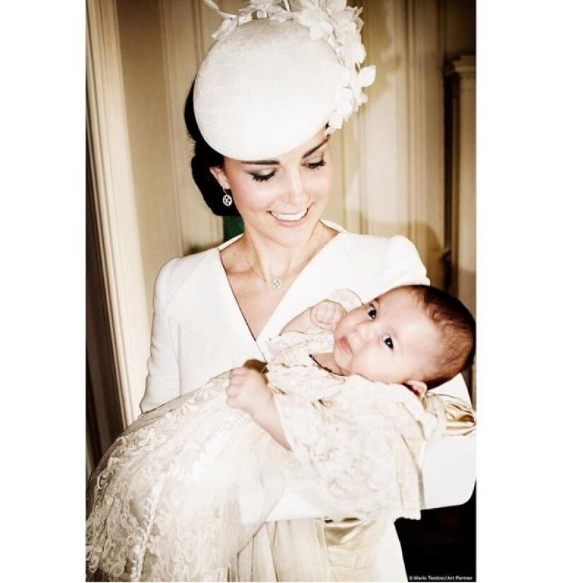 Kate con la Princesa Charlotte en brazos, en Sandrinham House.