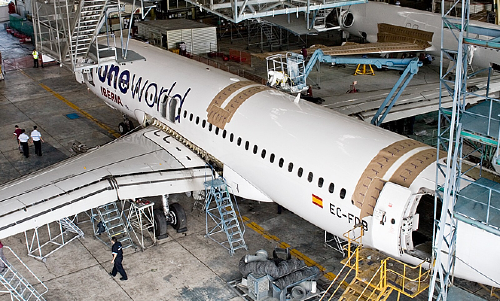 Los aviones suelen estar de 10 a 25 días en servicio de reparación, todo depende de lo que se haga o las piezas remplazadas.