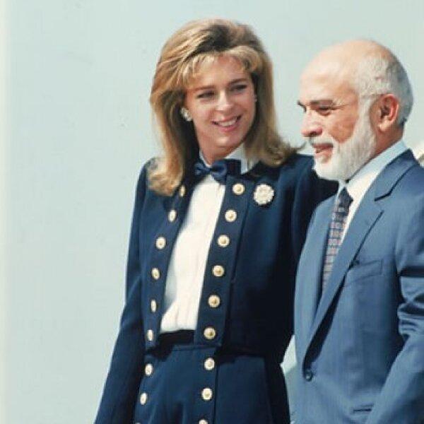 La reina Noor y su esposo, el rey Hussein, a su llegada al aeropuerto Orly, al sur de París en 1994.