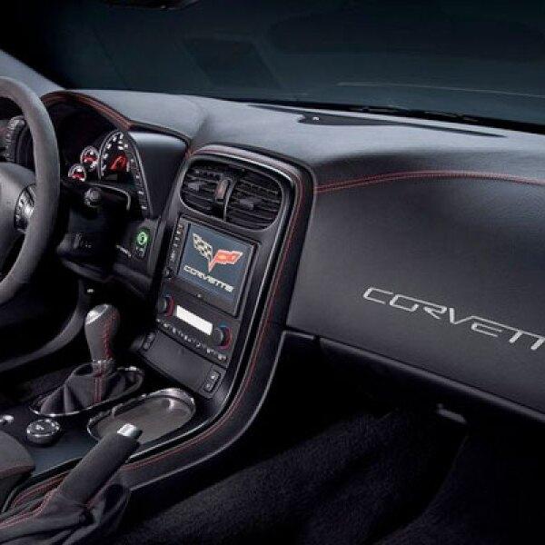 Al interior se mantiene el color negro, junto con asientos en piel y paneles de madera.
