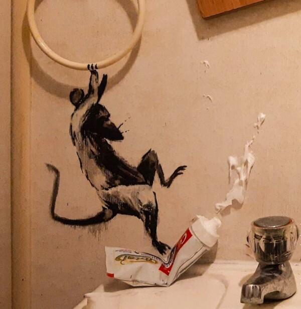 banksy-trabaja-desde-casa-baño-vandaliza