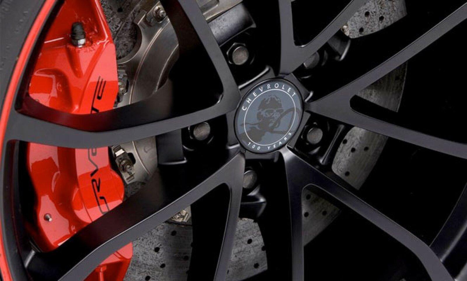 El único color con el que se comercializará el modelo será el negro satinado, con detalles rojos en los rines.