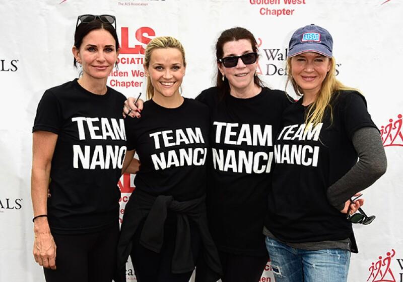 Renée posó junto a la actrices Courtney Cox y Reese Witherspoon durante el evento.