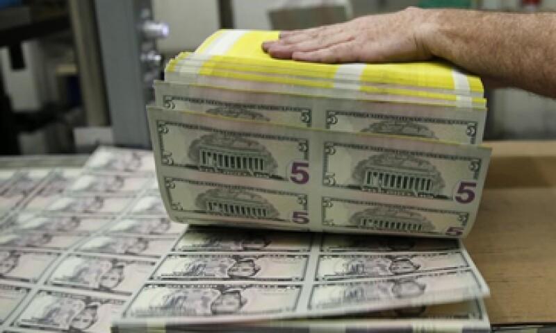 En su valor interbancario, el dólar a la venta avanza de 0.54%. (Foto: Reuters)