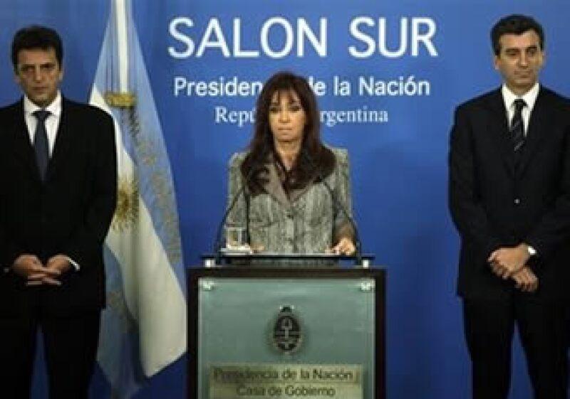 Cristina Fernandez (centro), presidenta de Argentina, se unirá a una comitiva para acompañar a Manuel Zelaya en su regreso a Honduras. (Foto: AP)