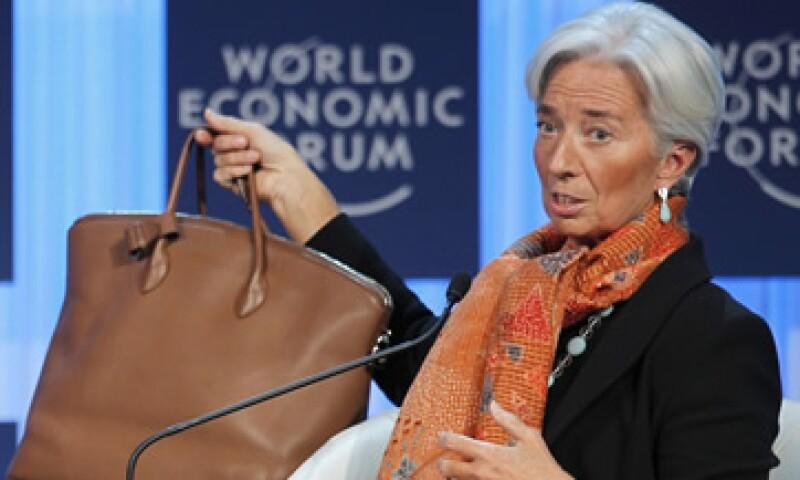 Lagarde mostró su bolsa al hablar de la necesidad de recaudar más dinero para el FMI. (Foto: AP)