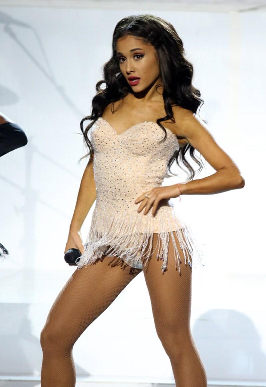 """La cantante sorprendió al soltarse su icónica ponytail para cantar, por primera vez en vivo, su más reciente tema """"Focus""""."""