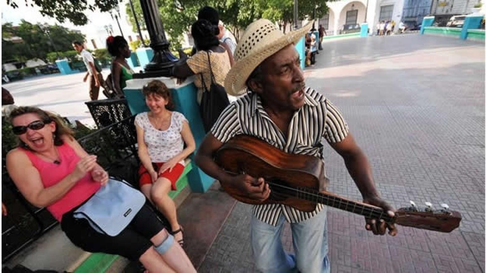 Con tradición de carnavales, músicos y poetas callejeros, altas temperaturas y una fama plasmada en vallas y carteles por todas partes