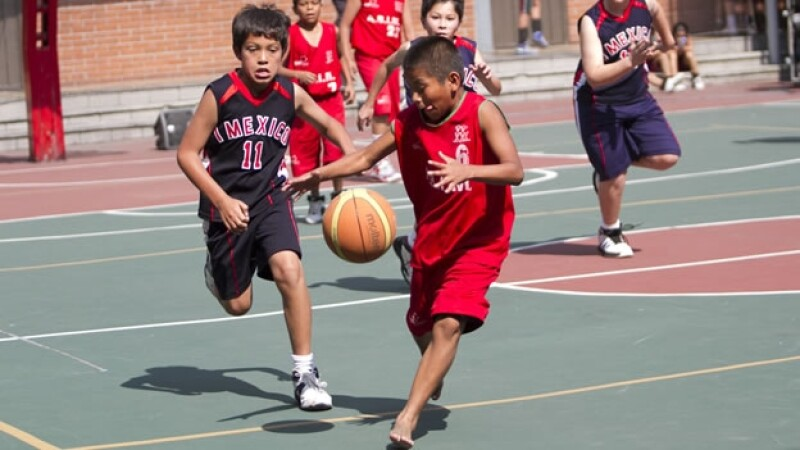 Un jugador del equipo de los triquis, descalzo, disputa el balón en un encuentro ante una escuela particular de la Ciudad de México
