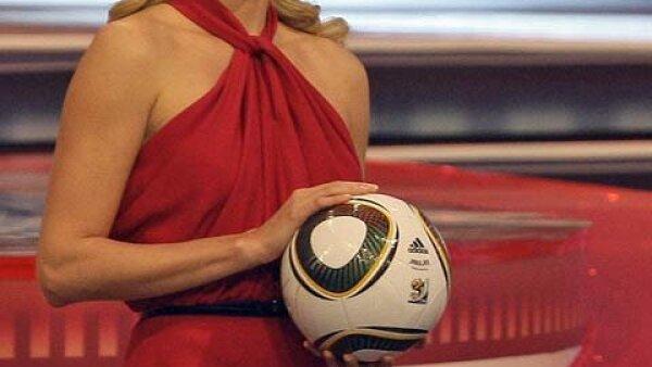 Charlize Theron llegó con un sexy vestido rojo.