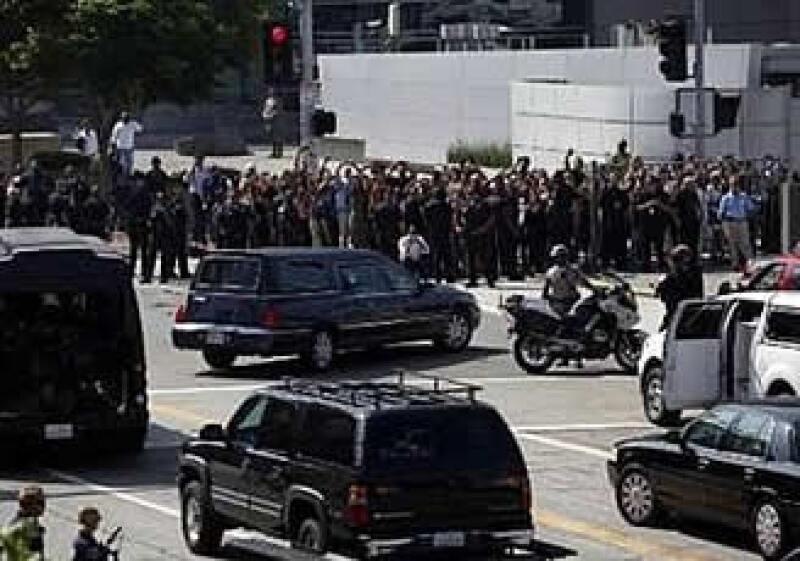 El cuerpo de Michael Jackson llega a Staples Center escoltado por la policía. (Foto: Reuters)