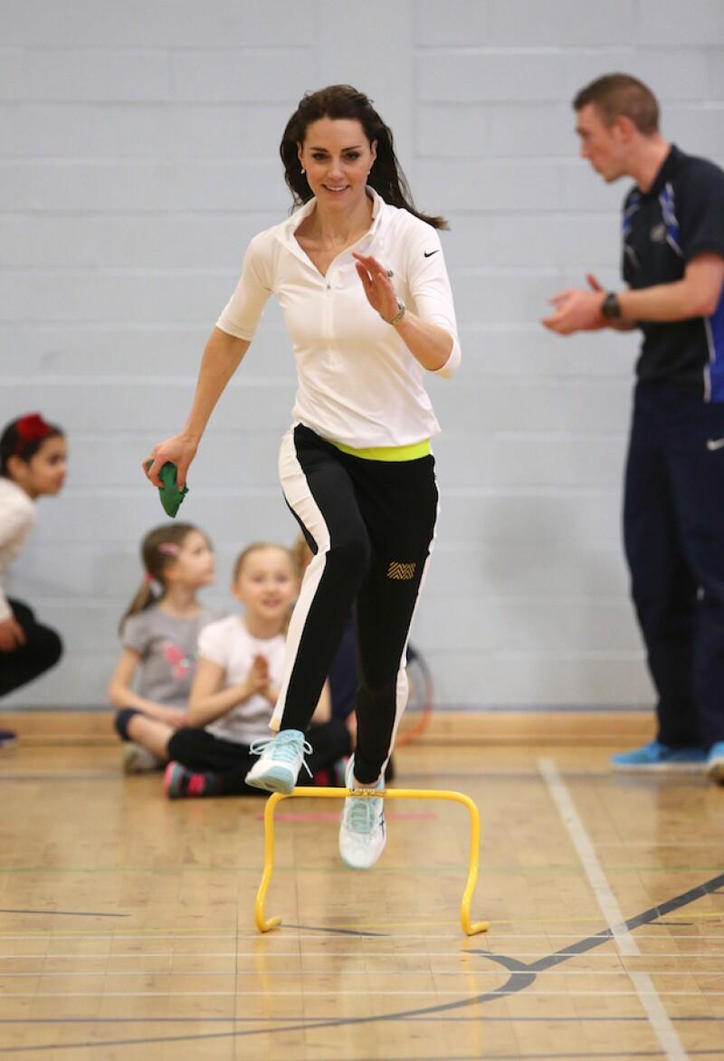 Una fuente cercana a Kate Middleton reveló la dieta y ejercicios que realiza la royal, quien acaba de repetir un outfit que usó hace dos años.