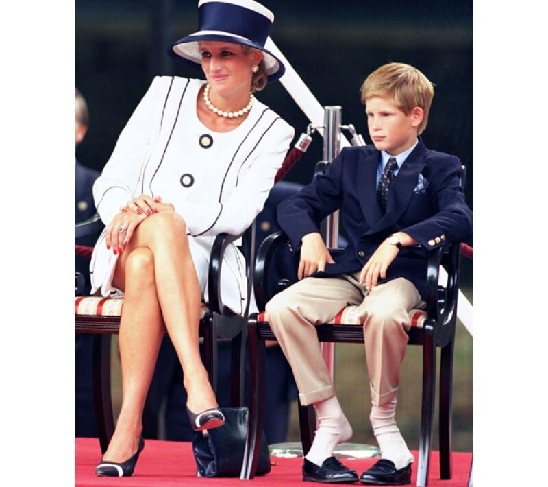 El príncipe Enrique era el más apegado a Lady Di, por lo que su rebeldía tuvo mucho que ver con la pérdida de su querida madre.