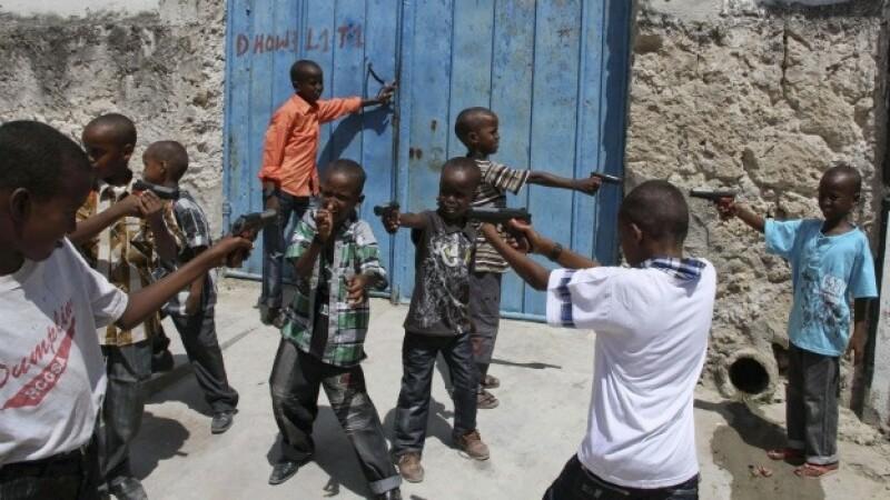 niños juegan con armas en somalia