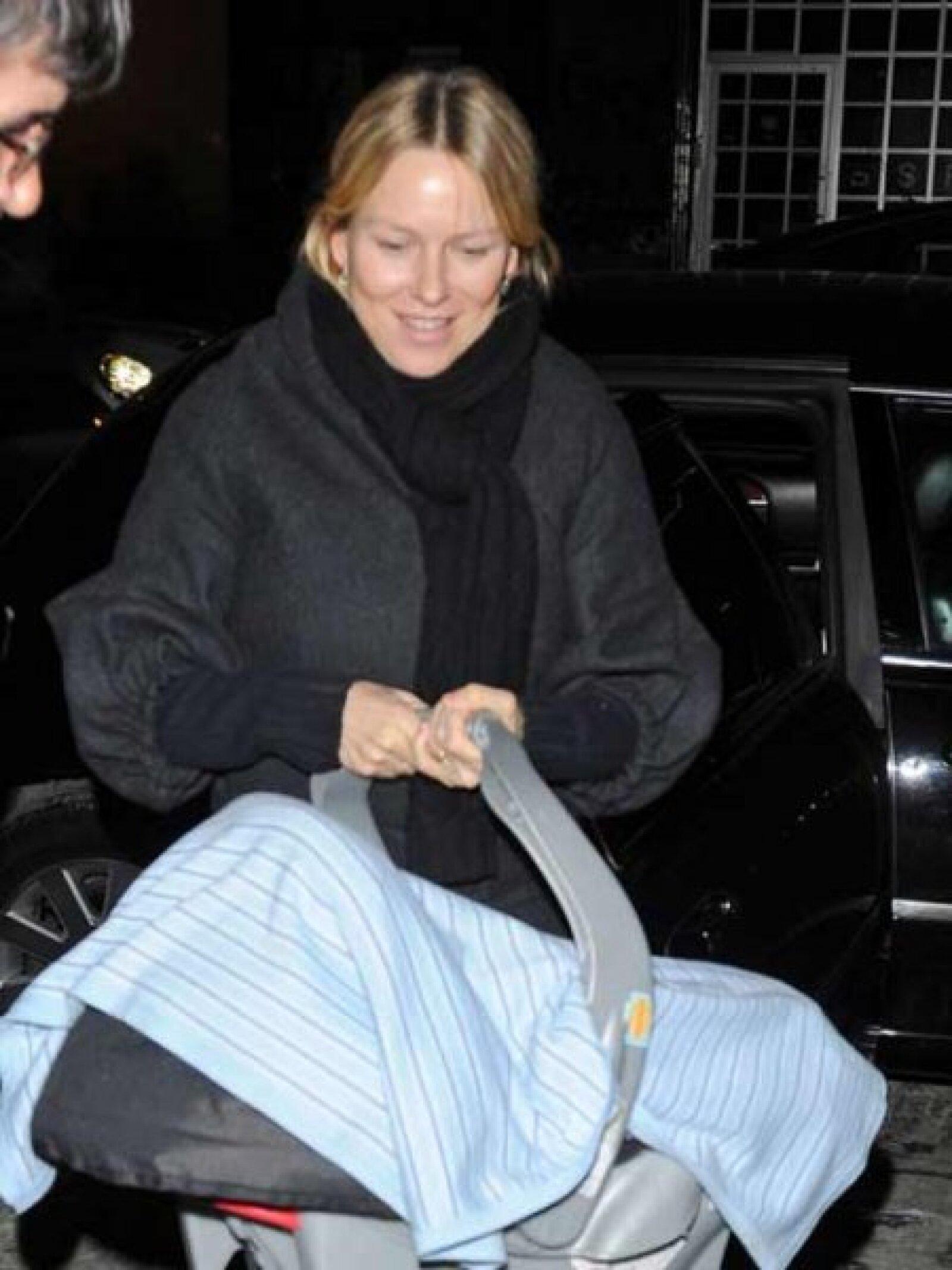 Naomi Watts es otra feliz mamá de Hollywood y en la imagen aparece con su bebe a pocos días de nacido en Nueva York.