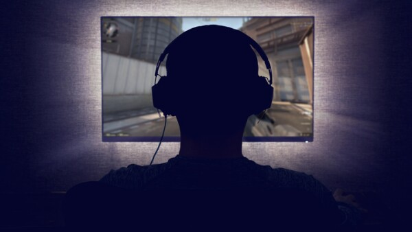 Gamer in front of a blank monitor