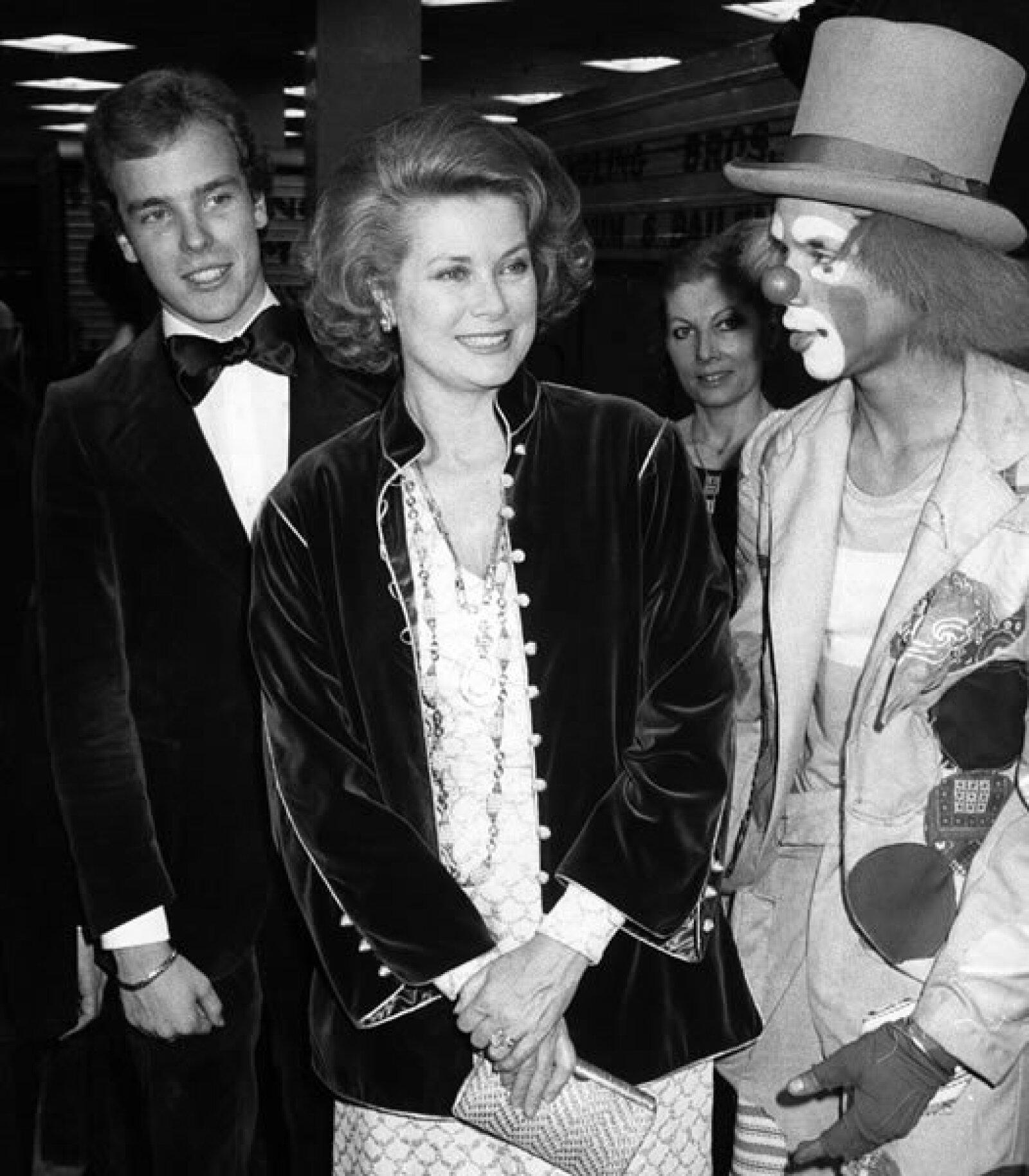 La mamá de Alberto, la princesa Grace, tuvo siempre una gran influencia en su vida y él la consideraba la mejor mujer del mundo, incluso algunos decían que estaba enamorado de ella. Aquí juntos en 1977, en Nueva York.