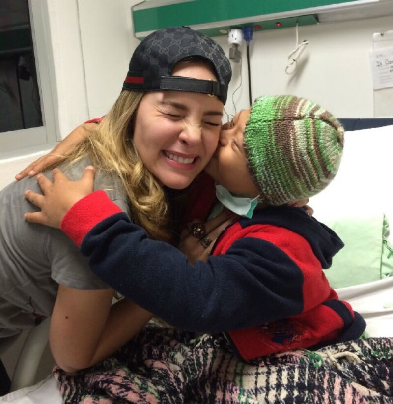 Belinda regaló besos y abrazos a los pequeños que se encuentran internados en el hospital.