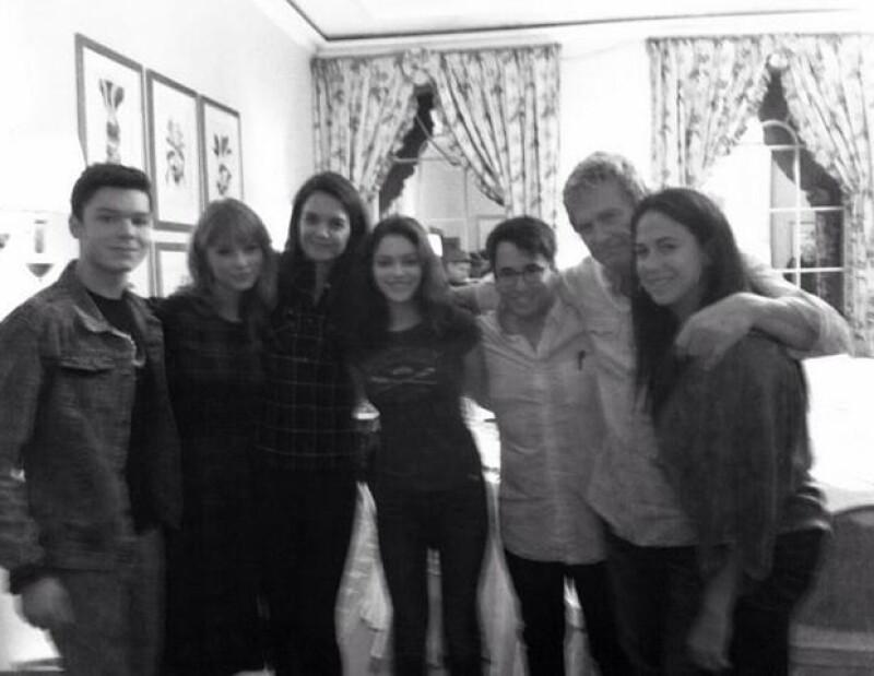 Katie compartió esta foto en su cuenta de Twitter donde aparece junto a Taylor Swift.