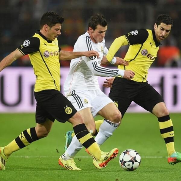 El galés Gareth Bale lucha por el control del balón