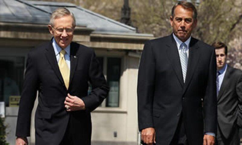 La propuesta de Reid (izq.) elevará de un golpe el tope de deuda, mientras la de Boenher (der.) pide que se haga en dos etapas. (Foto: Cortesía CNNMoney)