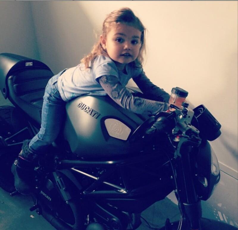 Al parecer, la hija de Jaime Camil y Heidi Balvanera ha heredado de su papá el gusto por las motocicletas.
