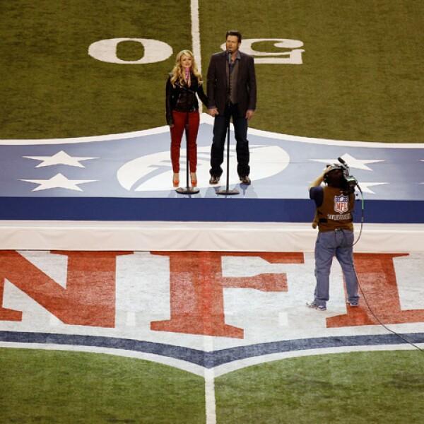 """Blake Shelton y Miranda Lambert cantaron el tema """"America the beautiful"""", en el concierto previo al encuentro deportivo."""