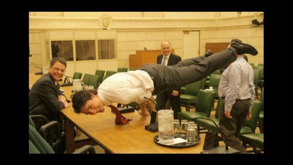 La imagen de 2013 muestra a Trudeau en la postura 'mayurasana' que, aunque se considera básica, solo los practicantes experimentados pueden lograrla.
