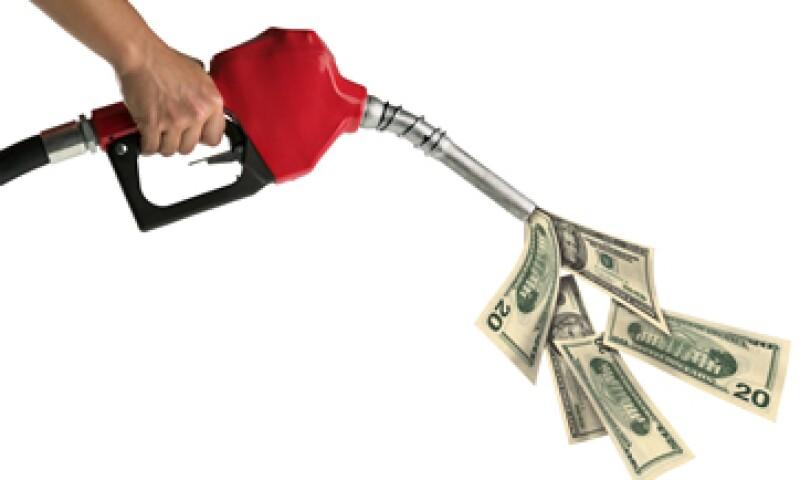 El aumento mensual en el precio de la gasolina busca abatir el subsidio. (Foto: Thinkstock)