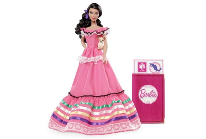 Barbie mexicana posee un vestido típico y pasaporte.