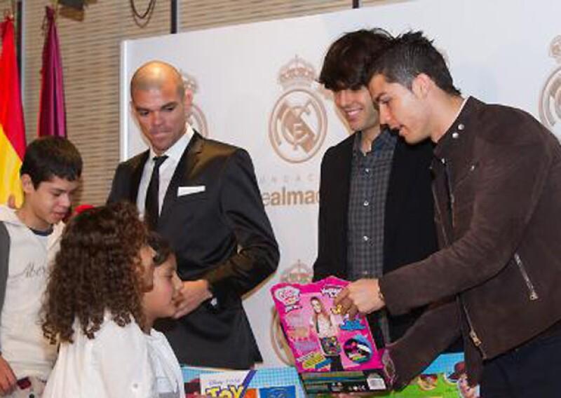 Cristiano participa activamente en la Fundación Real Madrid junto a otros de sus compañeros, brindando regalos o ayuda a niños que lo necesitan.