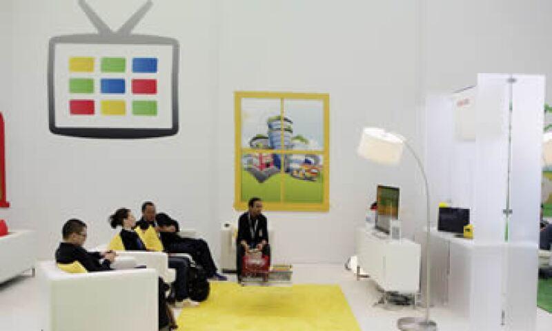 Google TV permite a los consumidores acceder a videos online y sitios en Internet desde sus televisores, y jugar con aplicaciones especializadas. (Foto: AP)