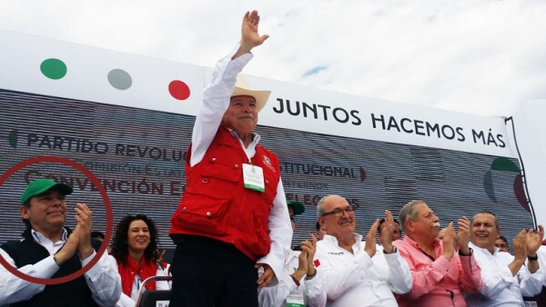 El 28 de febrero, Eugenio Hernández (círculo rojo) estuvo junto a personajes como el exmandatario Manuel Cavazos (al centro) y el gobermandor Egidio Torre Cantú.