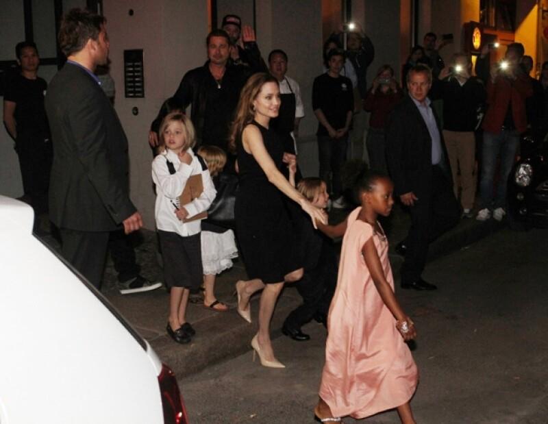 La mujer que atendió al clan Jolie-Pitt en el restaurante Kuchi de Berlín, aseguró que el actor fue muy amable, de hecho, ella tembló cuando le dieron la propina. ¡Afortunada!