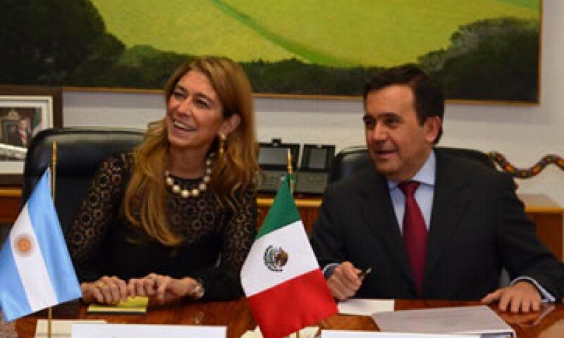El secretario de Economía de México, Ildefonso Guajardo, y la ministra de Industria de Argentina, Débora Giorgi, analizaron la relación económica bilateral. (Foto: tomada de economia.gob.mx)
