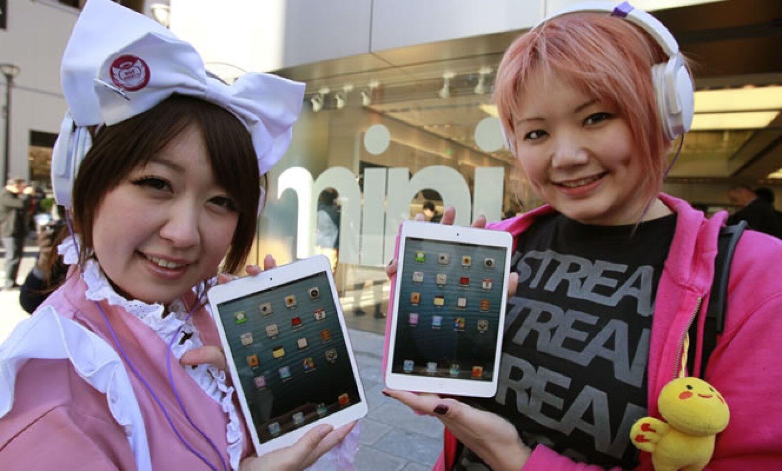 Este viernes comenzó en Japón la venta de la iPad Mini, la nueva tableta de Apple. Fans de la marca en la tienda de Ginza en Tokio.