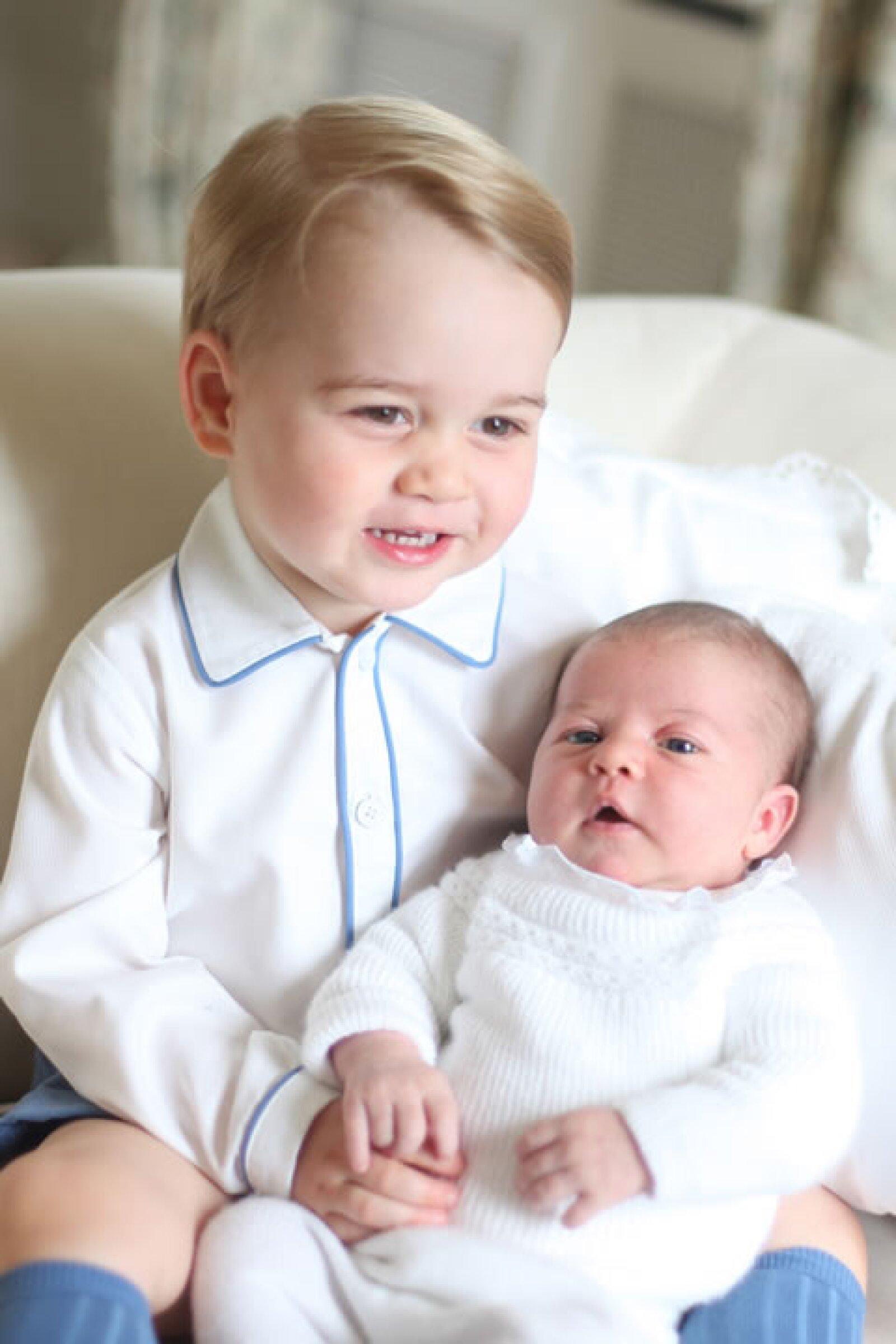 Estas son las primeras fotos oficiales de George y su hermanita Charlotte juntos y fueron tomadas por Kate Middleton.