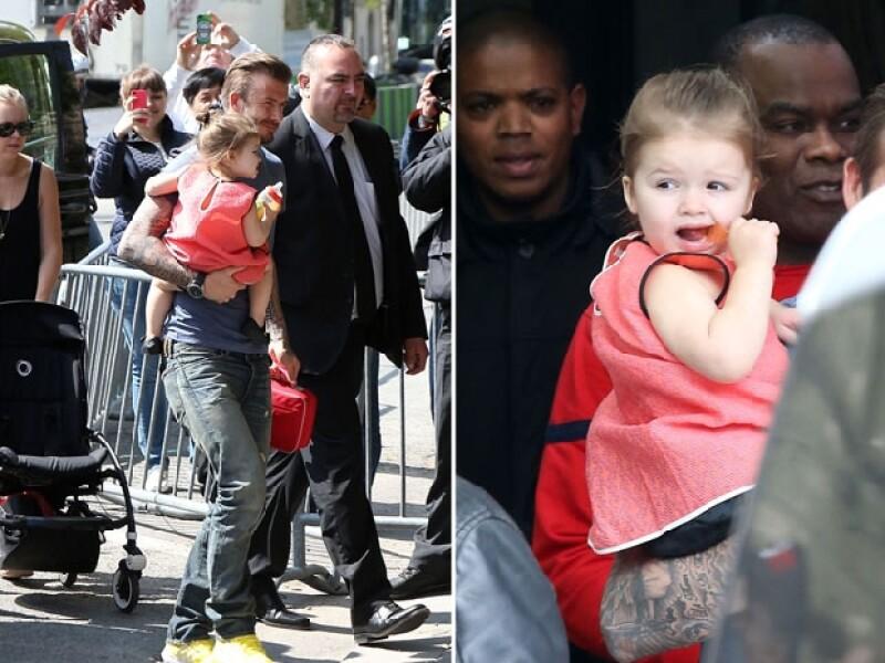 David cargando a la pequeña Harper