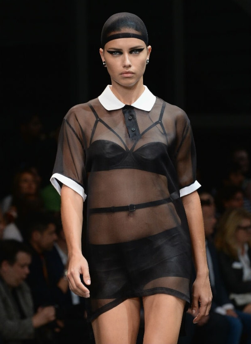 Adriana Lima durante la pasarela de Givenchy en París.