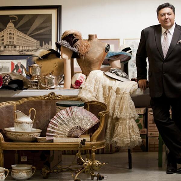 """""""Para mí, las antigüedades son mágicas"""", dice el director de Hogar de Palacio de Hierro, Rodrigo Flores, quien encabeza la labor de recuperación de piezas exhibidas para la exposición de aniversario."""