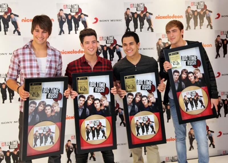 Kendall Schmidt, James Maslow, Carlos Peña y Logan Henderson aseguraron sentirse muy contentos de cantar en el mismo escenario que Justin.