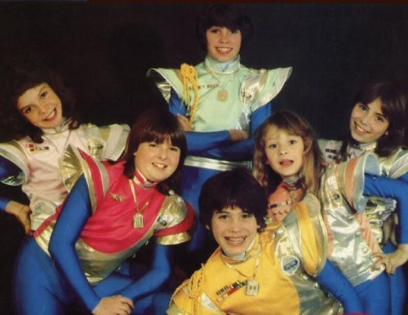 La banda se integró en un inicio por Mariana Garza, Alix Bauer, Benny Ibarra, Diego Schoening, Paulina Rubio y Sasha Sokol.